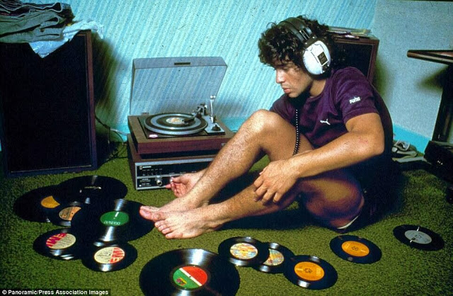 Diego+Maradona+listening+to+records,+1980.jpg