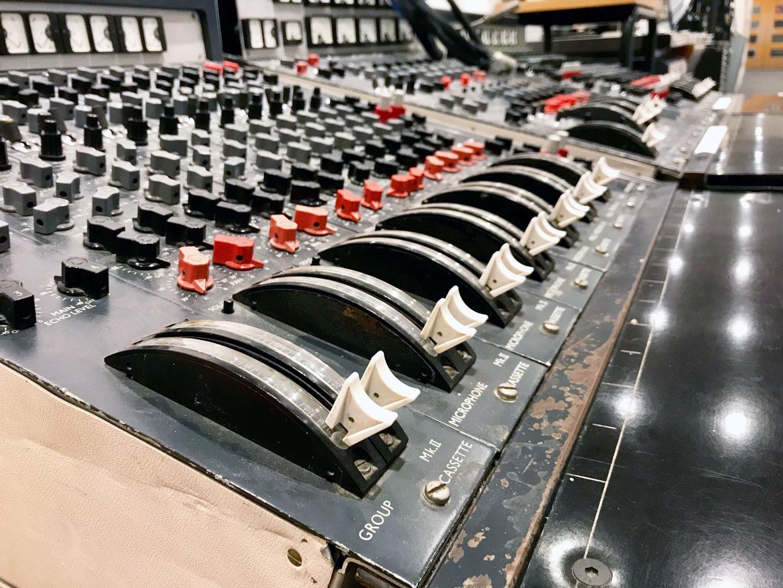 EMI-Mixing-Console-fuer-Audiosummierung.jpg