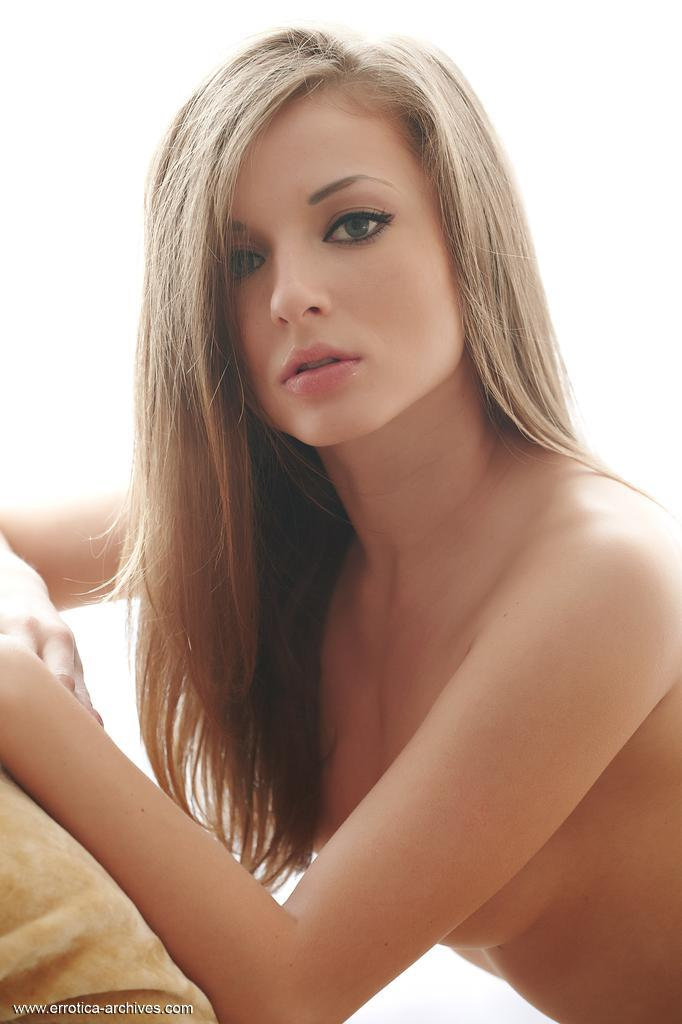 young_and_naked_girl_with_beautiful_eyes_-_giulia_10.jpg