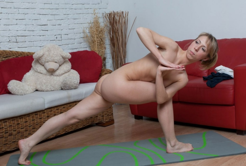 naked-yoga-1024x716.jpg