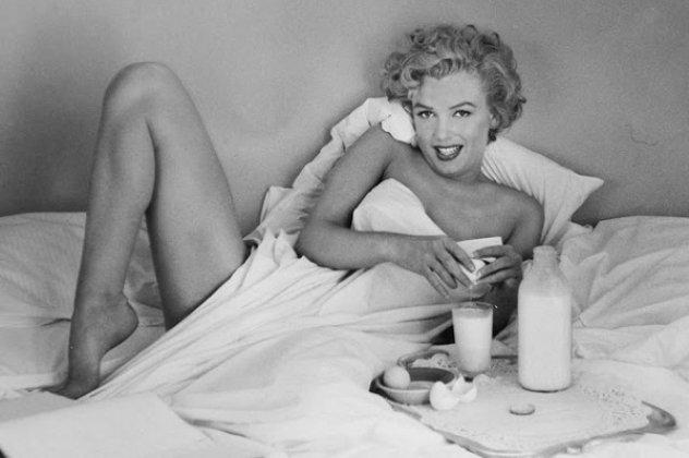 marilyn-monroe-having-breakfast-in-bed-2.jpg